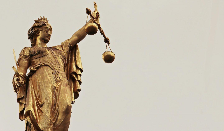 Estatua de la Justicia en Brujas, Bélgica.